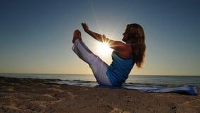 йога представления шлюпки пляжа полная Стоковая Фотография RF