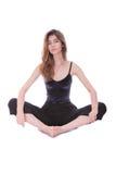 Йога привлекательной женщины детенышей усмехаясь практикуя стоковые фотографии rf