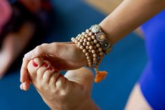 Йога протягивая ногу Стоковое Фото
