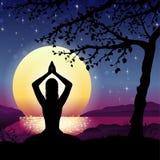 Йога раздумья в ландшафт и Солнце Стоковые Изображения