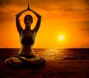 Йога размышляет, раздумье девушки в положении лотоса, тренировке женщины здоровой стоковые изображения rf