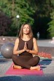 Йога расслабленной женщины практикуя и раздумье йоги, общее соображение жизни что-то хорошее для себя и приносят ваше тело стоковое изображение rf
