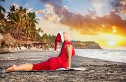 Йога рождества на пляже Стоковое фото RF