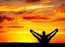 йога силуэта представления merudandasana медведя Стоковая Фотография
