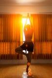 Йога силуэта женщины и здоровый размышлять стоковое фото