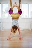 Йога смертной казни через повешение молодой женщины вверх ногами и практикуя мухы Стоковая Фотография