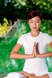 Йога снаружи Стоковое Фото
