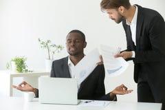 Йога спокойного Афро-американского бизнесмена практикуя на ignori работы Стоковые Изображения RF