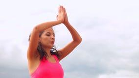 Йога спокойного брюнет практикуя на пляже видеоматериал