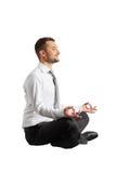 Йога счастливого бизнесмена практикуя стоковые изображения