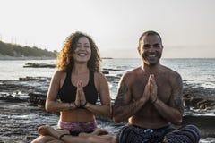 Йога счастливых пар практикуя Стоковое Изображение RF