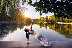 йога темы спорта съемки парка кобры напольная стоковое фото