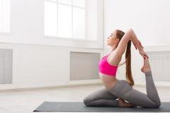 Йога тренировки женщины в представлении верблюда Стоковое Изображение RF