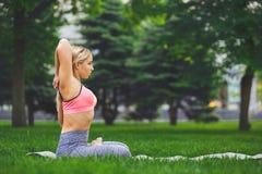 Йога тренировки женщины в представлении головы коровы Стоковая Фотография