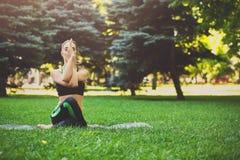 Йога тренировки женщины в представлении головы коровы Стоковое фото RF