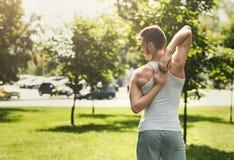 Йога тренировки человека в голове коровы представляет outdoors Стоковое фото RF