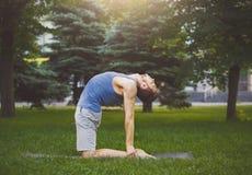 Йога тренировки человека в представлении верблюда outdoors Стоковая Фотография