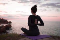 Йога утра молодой женщины Стоковое Фото