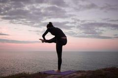 Йога утра молодой женщины Стоковая Фотография