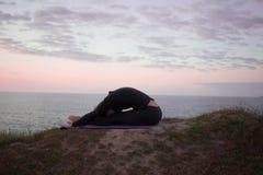 Йога утра молодой женщины Стоковые Изображения RF