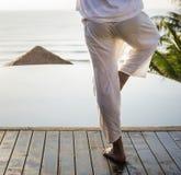Йога человека практикуя в утре Стоковые Изображения RF