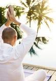 Йога человека практикуя в утре Стоковое Изображение RF