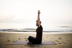 Йога человека практикуя на пляже Стоковые Изображения