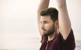 Йога человека практикуя на пляже Стоковая Фотография RF