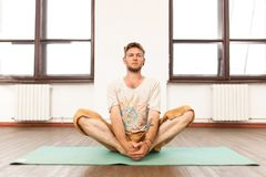йога человека практикуя Стоковое Фото