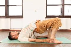 йога человека практикуя Стоковые Фотографии RF