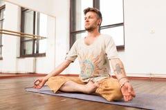 йога человека практикуя Стоковое Изображение