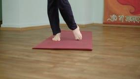 Йога человека делает здоровый протягивать в студии видеоматериал