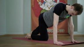 Йога человека делает здоровый протягивать в студии акции видеоматериалы