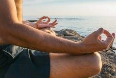 Йога человека практикуя на пляже Стоковое Изображение RF