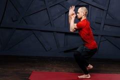 Йога человека практикуя предварительная Серия представлений йоги изолированная принципиальной схемой белизна спорта Стоковые Изображения RF