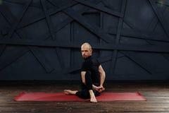 Йога человека практикуя предварительная Серия представлений йоги изолированная принципиальной схемой белизна спорта Стоковая Фотография