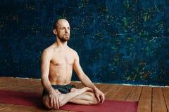 Йога человека практикуя предварительная Серия представлений йоги изолированная принципиальной схемой белизна спорта Стоковые Изображения