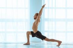 Йога человека практикуя предварительная Серия представлений йоги Концепция образа жизни Стоковые Фото