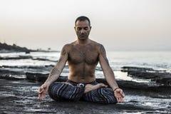 йога человека практикуя Стоковая Фотография