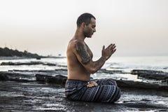 йога человека практикуя Стоковое Изображение RF