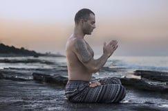 йога человека практикуя Стоковое фото RF