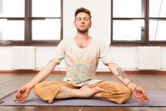 йога человека практикуя Стоковые Изображения RF