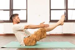 йога человека практикуя Стоковые Изображения