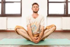 йога человека практикуя Стоковая Фотография RF