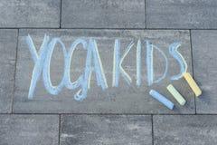 Йога ягнится текст написанный детьми на вымощая слябе с покрашенными crayons Стоковые Фотографии RF