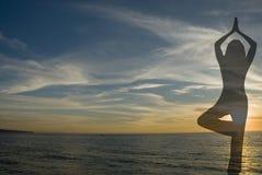 йога 2 силуэтов Стоковая Фотография