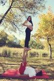 Йога Acro в беременной женщине парка осени Стоковое Изображение
