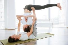 Йога acro молодых пар практикуя работает совместно Стоковое Фото
