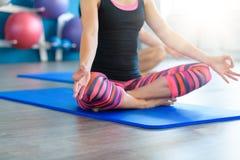 Йога acro пар практикуя в студии Концепция йоги Acro Занятия йогой пар Стоковые Изображения RF