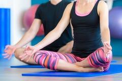 Йога acro пар практикуя в студии Концепция йоги Acro Стоковые Изображения RF